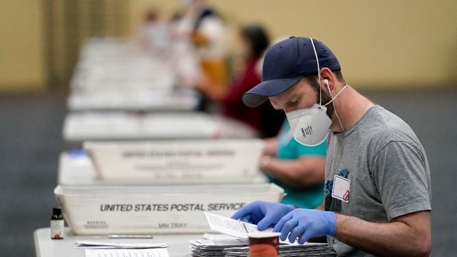 Quá trình kiểm đếm phiếu bỏ qua đường bưu điện ở Pennsylvania (Ảnh: Politico)