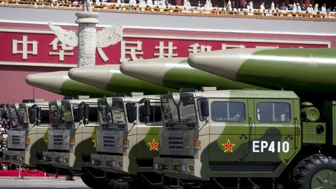 """Tên lửa DF-26 của Trung Quốc được mệnh danh là """"sát thủ tàu sân bay"""" (Ảnh: Reuters)"""