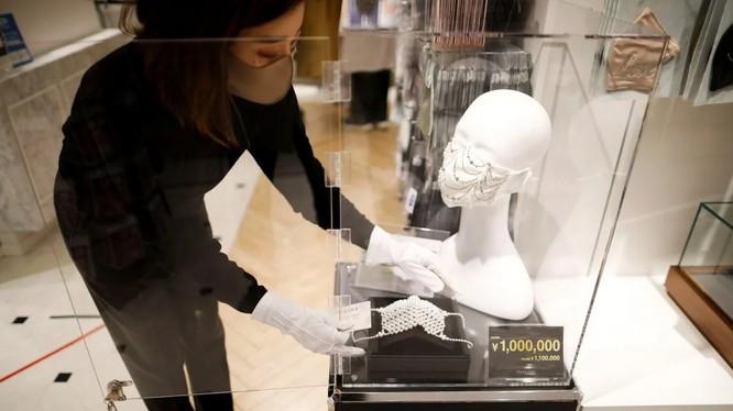 Khẩu trang đính kim cương và pha lê có giá 1 triệu Yen của hãng Cox (Ảnh: Reuters)