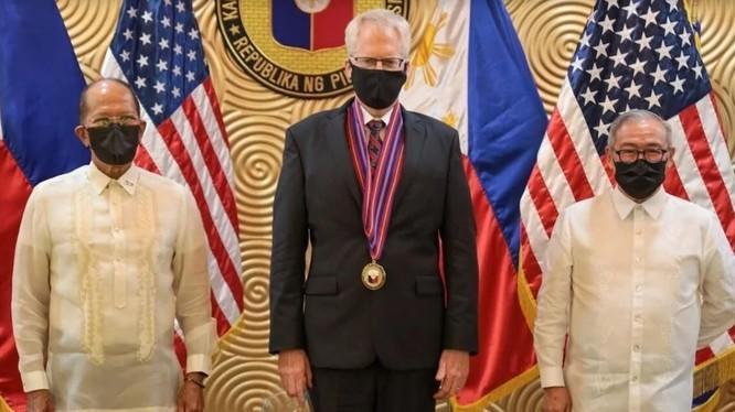 Quyền Bộ trưởng Quốc phòng Mỹ Christopher Miller (giữa), Bộ trưởng Quốc phòng Philippines Delfin Lorenzana (trái) và Ngoại trưởng Philippines Teodoro Locsin Jnr. (Ảnh: SCMP)