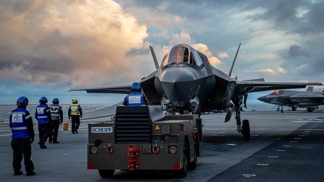 Máy bay tàng hình F-35B trên tàu sân bay HMS Queen Elizabeth của Hải quân Hoàng gia Anh (Ảnh: Nikkei)