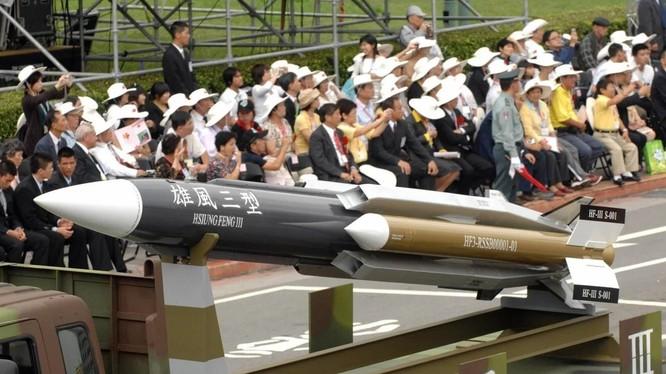 Tàu hộ tống tên lửa mới được trang bị tên lửa Hsiung Feng III cùng các loại tên lửa diệt hạm khác (Ảnh: SCMP)