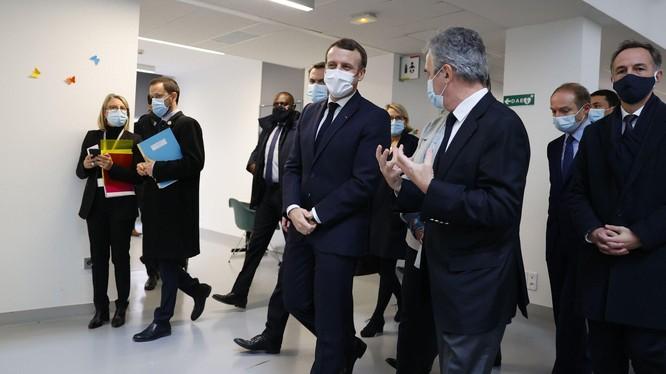 Tổng thống Macron (giữa) sẽ phải làm việc cách ly (Ảnh: NYTimes)