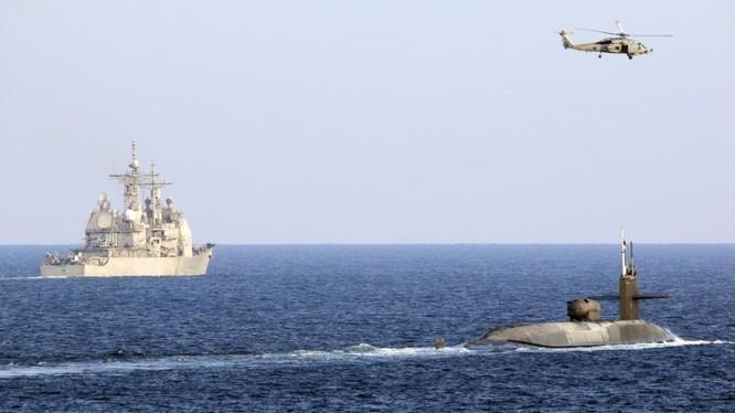 Tàu ngầm nguyên tử USS Georgia cùng 2 chiến hạm hộ tống băng qua eo biển Hormuz hôm 21/12 (Ảnh: RT)