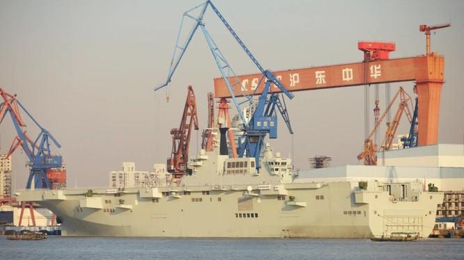 Tàu tấn công lưỡng cư Type 075 của Hải quân Trung Quốc tại Thượng Hải (Ảnh: Weibo)