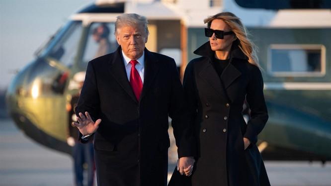 Tổng thống Trump cùng Đệ nhất phu nhân Melania đi nghỉ Đông, và không quên tung ra loạt tweet mới (Ảnh: CNBC)