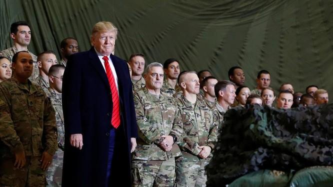 Tổng thống Trump trong chuyến thăm căn cứ không quân Bagram, Afghanistan ngày 28/11/2019 (Ảnh: RT)