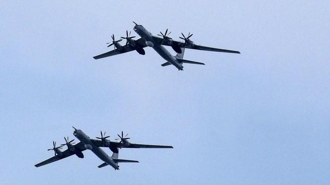Trung Quốc cử 4 máy bay ném bom chiến lược H-6K lập nhóm cùng 2 chiếc Tu-95 của Nga để tuần tra chung (Ảnh: AFP)