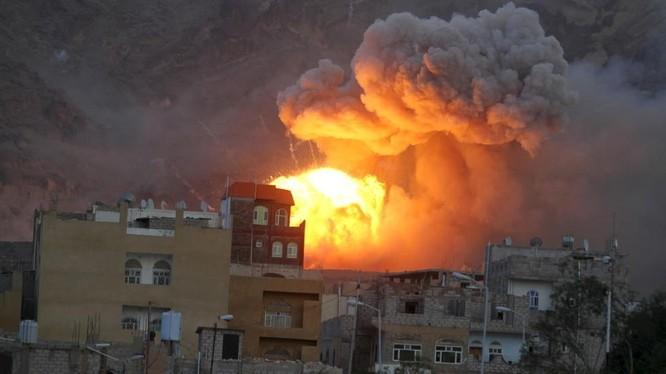Khói lửa bốc lên ngùng ngụt sau một đòn không kích mà Arab Saudi thực hiện ở thủ đô Sanaa của Yemen (Ảnh: RT)