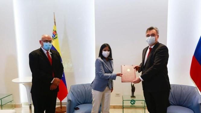 Giới chức Nga, Venezuela trong lễ ký thỏa thuận mua 10 triệu liều vaccine Sputnik V (Ảnh: RT)