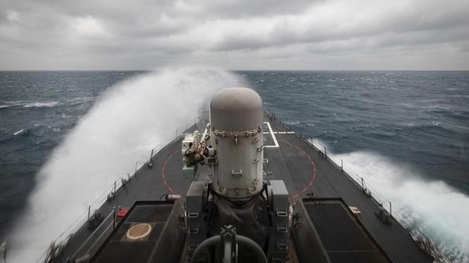 Tàu chiến USS McCain hướng đến eo biển Đài Loan hôm 30/12 (Ảnh: US Navy)