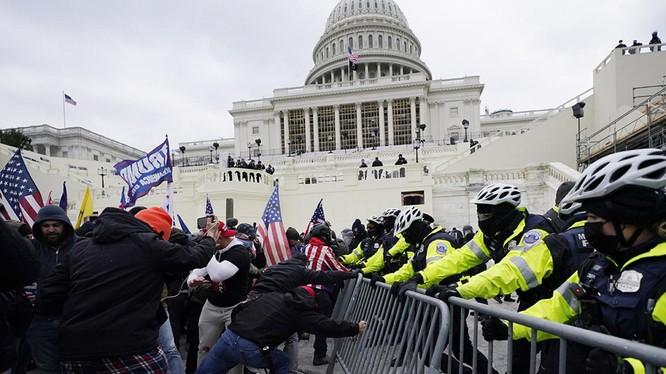 Người biểu tình đụng độ với cảnh sát trên Đồi Capitol (Ảnh: Politico)