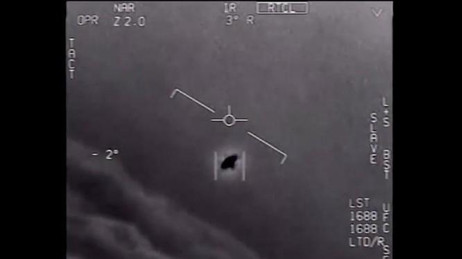 Hình ảnh vật thể bay không xác định (UFO) trong đoạn video mà Hải quân Mỹ ghi lại trong một lần chạm trán (Ảnh: CNN)