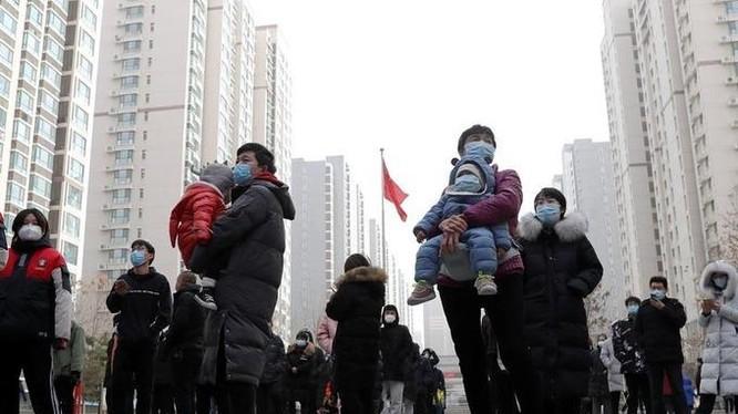 Người dân xếp hàng xét nghiệm Covid-19 tại một khu dân cư ở Thạch Gia Trang, tỉnh Hà Bắc, hôm 12/1 (Ảnh: Reuters)