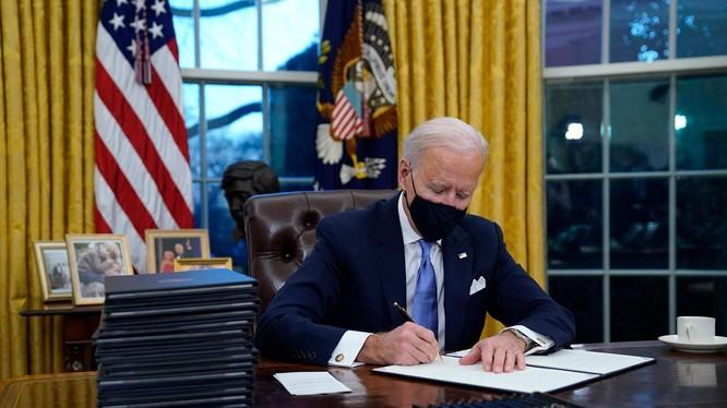 Tổng thống Biden ký 17 sắc lệnh nhằm đảo ngược chính sách dưới thời Trump (Ảnh: CNN)