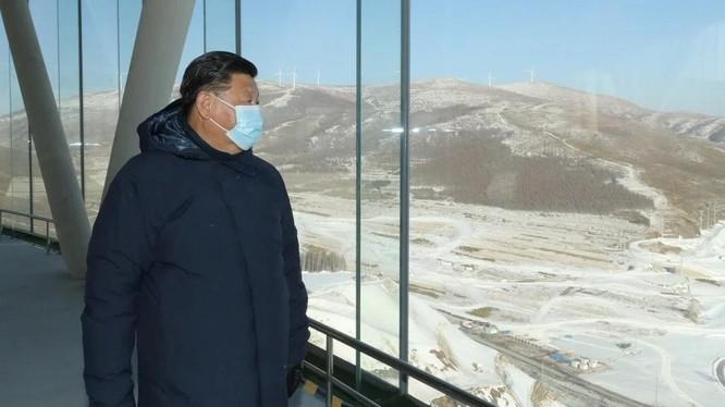 Chủ tịch Tập Cận Bình mặc chiếc áo khoác dài của hãng Arc'teryx lúc đi thị sát các địa điểm tổ chức Olympics mùa Đông (Ảnh: Tân Hoa Xã)