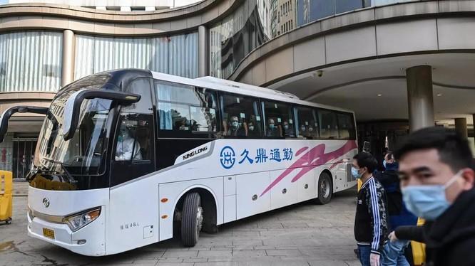 Xe chở đoàn chuyên gia WHO rời khỏi một khách sạn ở Vũ Hán, Trung Quốc (Ảnh: France24)