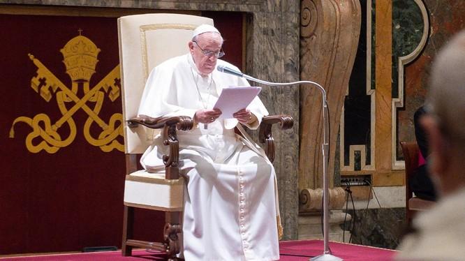Giáo hoàng Francis không thể đứng phát biểu vì đau thần kinh tọa (Ảnh: DailyMail)