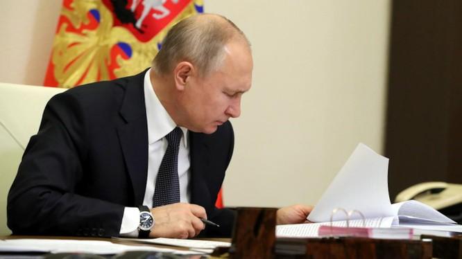 Tổng thống Putin đã ký thông qua luật gia hạn New START với Mỹ (Ảnh: Moscow Times)