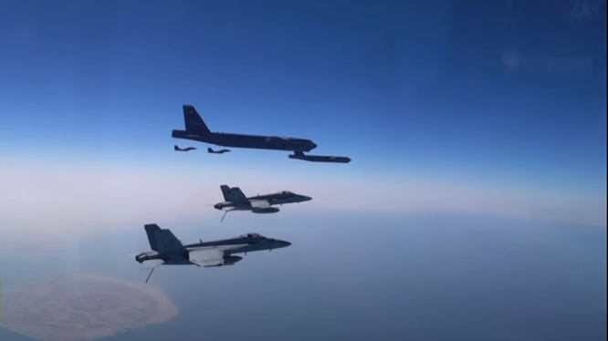 Máy bay ném bom B-52 Stratofortress của Mỹ được hộ tống bởi các chiến đấu cơ (Ảnh: RT)