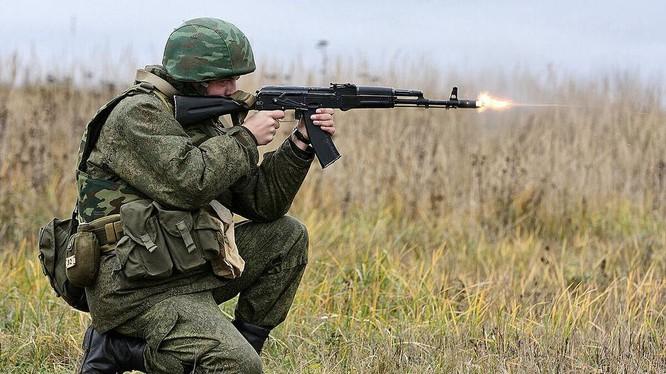 Một binh sĩ Nga khai hỏa súng AK-74 (Ảnh: TASS)
