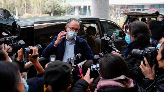 Trưởng nhóm điều tra của WHO Peter Ben Embarek tại sân bay Vũ Hán hôm 10/2 (Ảnh: Reuters)