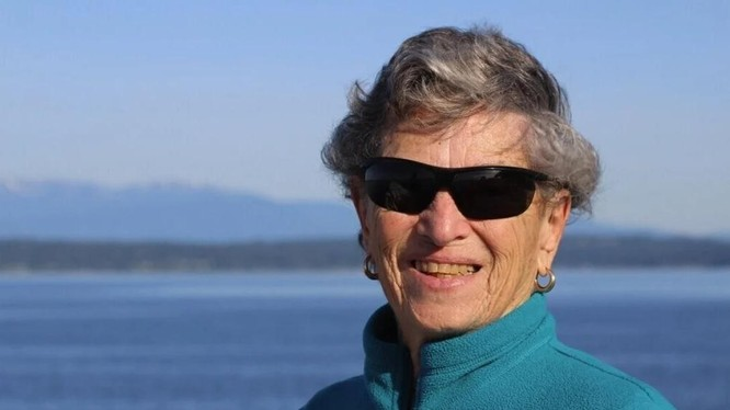 Cụ bà Fran Goldman trở thành nguồn cảm hứng cho người dân Mỹ khi đi bộ 10 km để tiêm vaccine COVID-19 (Ảnh: AP)