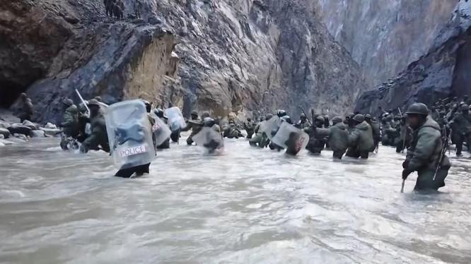 Một hình ảnh được cắt từ video cuộc đụng độ giữa binh sĩ Trung Quốc và Ấn Độ (Ảnh: RT)