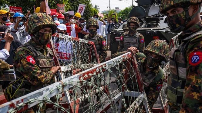 Quân đội Myanmar hứng chỉ trích từ cộng đồng quốc tế vì mạnh tay với người biểu tình hòa bình (Ảnh: Getty)