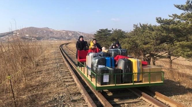 Nhà ngoại giao Nga cùng thân nhân trên chiếc xe goòng rời khỏi Triều Tiên (Ảnh: RT)