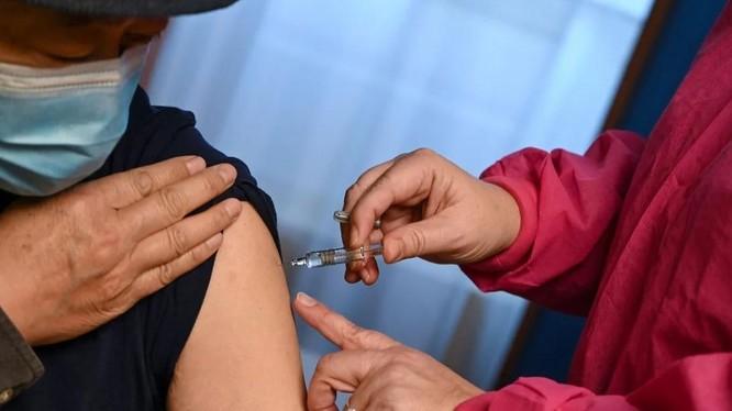Trung Quốc phê duyệt 2 chủng vaccine của Sinopharm để sử dụng rộng rãi (Ảnh: SCMP)