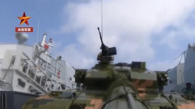 Hình ảnh cắt từ đoạn clip PLA tập trận đổ bộ trên Biển Đông (Ảnh: SCMP)