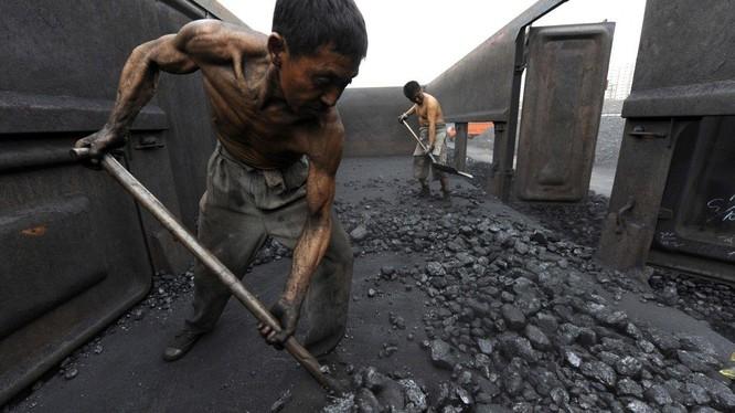 """Những công nhân """"phổi đen"""" ở Trung Quốc có mức thu nhập tháng thê thảm (Ảnh: Yahoo News)"""