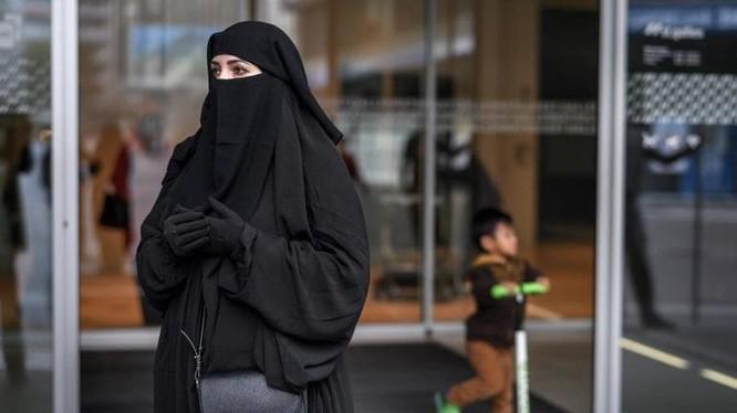 Một phụ nữ trong trang phục burqa ở Thụy Sĩ. Ảnh: AFP