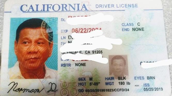 Tấm bằng lái xe giả có gắn ảnh của Tổng thống Philippines Rodrigo Duterte (Ảnh: RT)