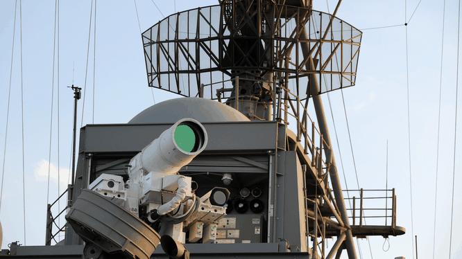 Một hệ thống vũ khí laser được lắp đặt thử nghiệm trên tàu USS Ponce của Mỹ (Ảnh: US Navy)