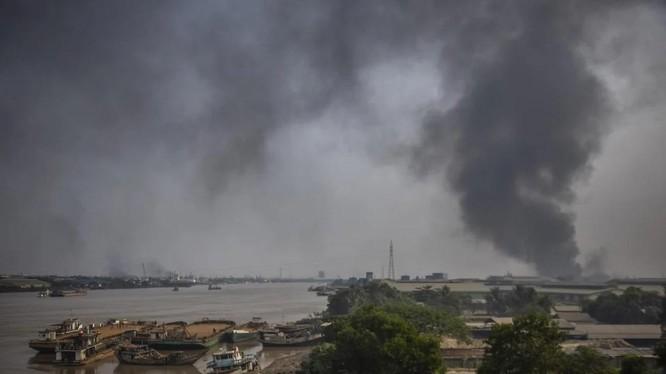 Cột khói bốc lên sau khi nhiều nhà máy của Trung Quốc ở Yangon bị tấn công (Ảnh: AP)