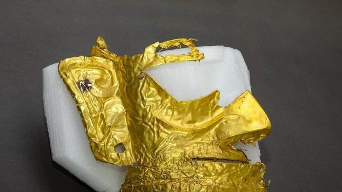 Chiếc mặt nạ bằng vàng được cho là từng được một tu sĩ sử dụng (Ảnh: Xinhua)