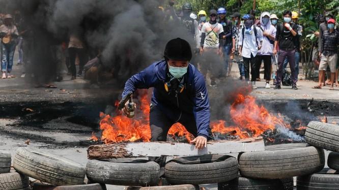 Người biểu tình Myanmar tuyên bố sẽ tiếp tục biểu tình bất chấp hứng chịu thương vong lớn (Ảnh: Reuters)