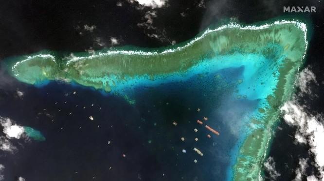 Ảnh vệ tinh cho thấy nhiều tàu Trung Quốc đang hoạt động ở bãi Ba Đầu (Ảnh: Maxar)