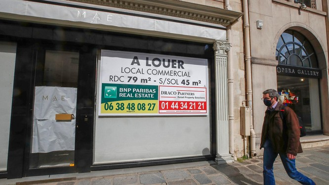 Nhiều cửa hàng ở Paris, Pháp ngừng hoạt động do làn sóng dịch COVID-19 mới (Ảnh: AP)