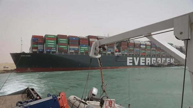 Tàu Ever Given mắc kẹt tại kênh đào Suez, gây ảnh hưởng lớn đến giao thương