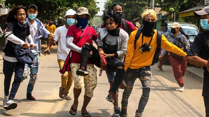 Người biểu tình bị thương trên đường phố Yangon hôm 29/3. Ảnh: AFP.