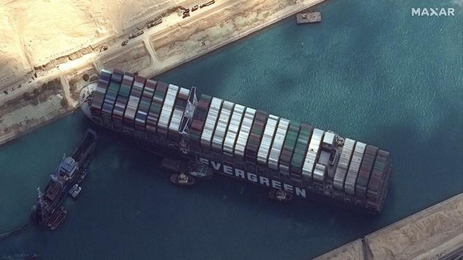 Ảnh vệ tinh cho thấy tàu Ever Given bị mắc kẹt ở kênh Suez (Ảnh: Maxar)