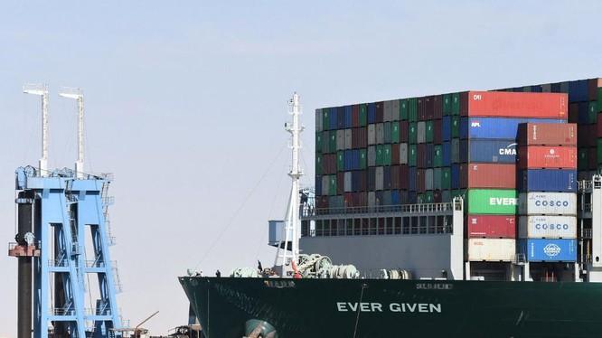 Tàu Ever Given sau khi được giải cứu khỏi tình trạng mắc kẹt tại kênh đào Suez ở Ai Cập hôm 29/3. Ảnh: AFP.