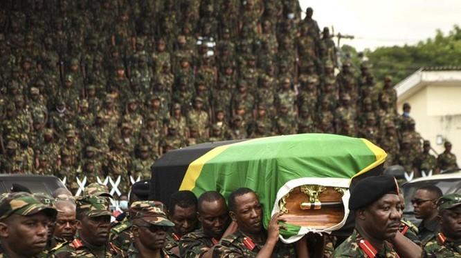 Lực lượng Phòng vệ Nhân dân Tanzania (TPDF) khiêng linh cứu cố tổng thống John Magufuli trong quốc tang tại sân vận động Uhuru ở Dar es Salaam hôm 20/3. Ảnh: AFP.