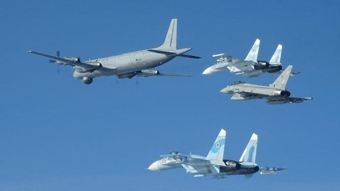 Tiêm kích Italy (giữa, bên phải) bám đuôi biên đội máy bay Nga hôm 29/3. Ảnh: Không quân Italy.