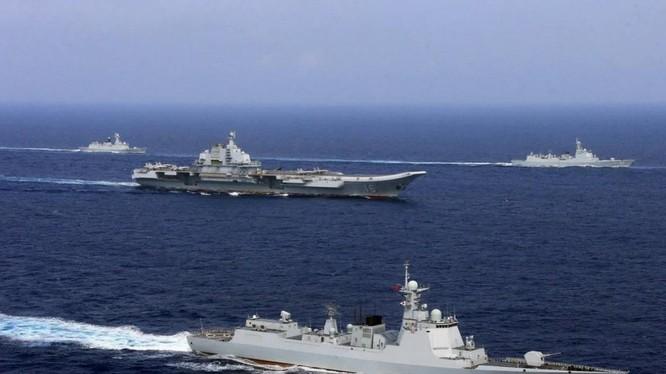 Nhóm tàu sân bay Liêu Ninh của Trung Quốc đang băng qua vùng biển giữa Okinawa và đảo Miyako của Nhật Bản hồi cuối tuần trước (Ảnh: Reuters)