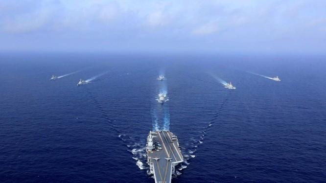 Nhóm tàu sân bay Liêu Ninh của Trung Quốc băng qua eo biển Miyako hôm thứ Bảy tuần trước (Ảnh: AFP)