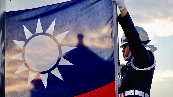 Lính nghi thức Đài Loan nâng cờ tại quảng trường Tự do (Ảnh: DPA)